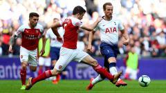 Indosport - Pergerakkan dari striker Tottenham Hotspur, Harry Kane dicegat oleh bek Arsenal, Sokratis.