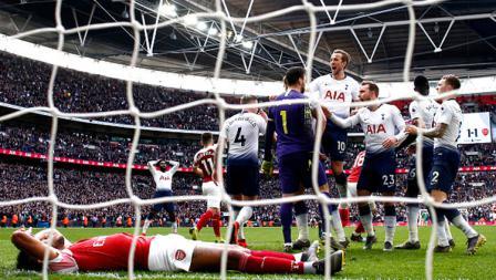 Selebrasi para pemain Tottenham Hotspur usai striker Arsenal, Pierre-Emerick Aubameyang gagal mengeksekusi penalti.