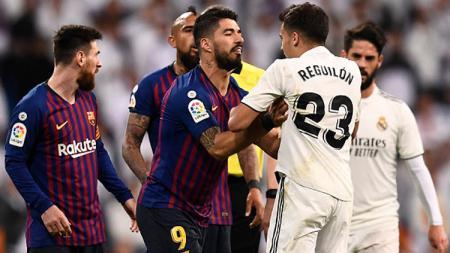 Ketegangan terjadi antara striker Barcelona, Luis Suarez dengan bek muda Real Madrid, Sergio Reguilion. - INDOSPORT