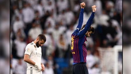 Ekspresi yang berbeda. Striker Real Madrid, Karim Benzema (kiri) tertunduk lesu dan bek tengah Barcelona, Gerard Pique yang bersorak gembira.