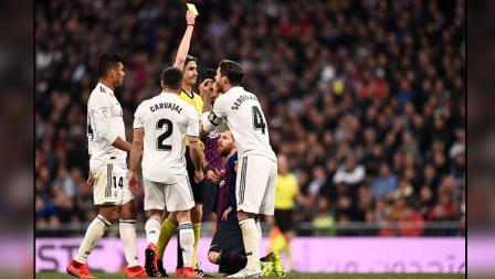 Bek tengah sekaligus kapten Real Madrid, Sergio Ramos melakukan protes terhadap wasit yang memberikannya kartu kuning.