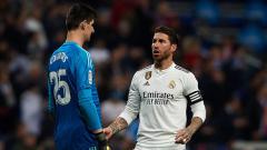 Indosport - Bek tengah dan kapten Real Madrid, Sergio Ramos (kanan) memberikan arahan kepada kipernya. Thibaut Courtois.