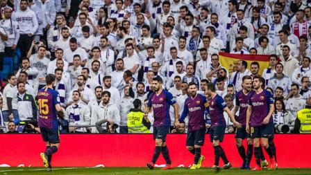 Para pemain Barcelona merayakan selebrasi dihadapan Ultras Real Madrid.