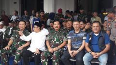 Indosport - Dari kanan, Agoes Soerjanto (CEO Arema), Iwan Budianto (Waketum PSSI), Marsekal TNI Hadi Tjahjanto (Panglima TNI), Sutiaji (Wali Kota Malang) dalam acara diskusi gayeng di Balai Kota Malang.
