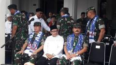 Indosport - Dari kanan, Marsekal TNI Hadi Tjahjanto (Panglima TNI), Sutiaji (Wali Kota Malang) dalam acara diskusi gayeng di Balai Kota Malang.