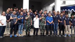 Indosport - Arema FC saat foto bersama dalam acara diskusi gayeng di Balai Kota Malang.