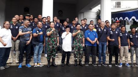 Arema FC saat foto bersama dalam acara diskusi gayeng di Balai Kota Malang. - INDOSPORT