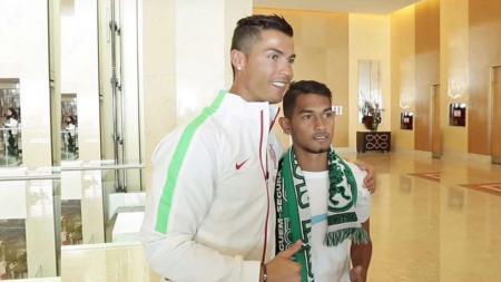 Cristiano Ronaldo berfoto bersama anak angkat dari Indonesia, Martunis. - INDOSPORT