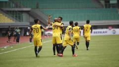 Indosport - Para pemain Bhayangkara FC tengah melakukan selebrasi.