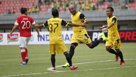 Selebrasi pemain BFC, Anderson Aparecido Salles (kedua kanan) usai mencetak gol pertama ke gawang Semen Padang pada laga perdana grup B Piala Presiden 2019 di stadion Patriot, Minggu (03/03/19).