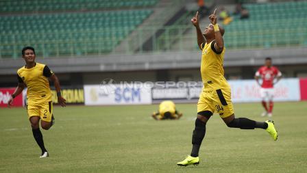 Selebrasi pemain BFC, Anderson Aparecido Salles (kanan) usai mencetak gol pertama ke gawang Semen Padang pada laga perdana grup B Piala Presiden 2019 di stadion Patriot, Minggu (03/03/19).