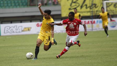 Aksi pemain BFC, Dendy Sulistyawan (kiri) mencoba melewati hadangan pemain Semen Padang, Boas Atururi Padang pada laga perdana grup B Piala Presiden 2019 di stadion Patriot, Minggu (03/03/19).