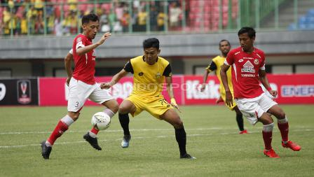 Pemain BFC, Dendy Sulistyawan (kedua kiri) dijaga dua pemain Semen Padang Syaiful Indra Cahya dan Shukurali Pulatov Padang pada laga perdana grup B Piala Presiden 2019 di stadion Patriot, Minggu (03/03/19).