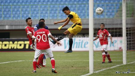 Kemelut di depan gawang Semen Padang yang berbuah gol pertama untuk BFC Padang pada laga perdana grup B Piala Presiden 2019 di stadion Patriot, Minggu (03/03/19).