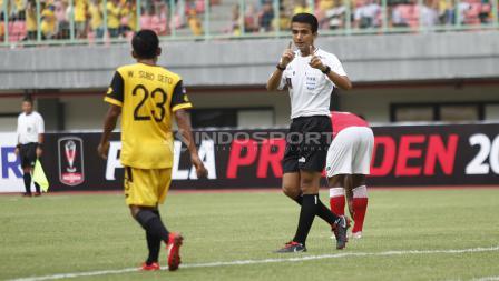 Wasit Thoriq Alkatiri memberi peringatan kepada pemain BFC usai melakukan pelanggaran kepada pemain Semen Padang pada laga perdana grup B Piala Presiden 2019 di stadion Patriot, Minggu (03/03/19).