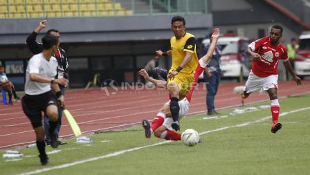 Pemain BFC, Alsan Putra Masat Sanda berhasil menghindar dari tekel keras pemain Semen Padang Padang pada laga perdana grup B Piala Presiden 2019 di stadion Patriot, Minggu (03/03/19).