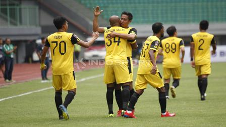 Selebrasi pemain BFC, Anderson Aparecido Salles bersama rekan-rekannya usai mencetak gol pertama ke gawang Semen Padang pada laga perdana grup B Piala Presiden 2019 di stadion Patriot, Minggu (03/03/19).