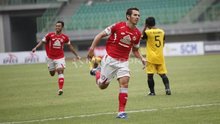 Selebrasi pemain Semen Padang, Nildo Victor Juffo usai cetak gol indah penyama ke gawang pada laga perdana grup B Piala Presiden 2019 di stadion Patriot, Minggu (03/03/19).