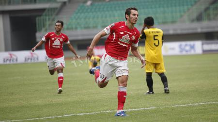 Selebrasi pemain Semen Padang, Nildo Victor Juffo usai cetak gol indah penyama ke gawang pada laga perdana grup B Piala Presiden 2019 di stadion Patriot, Minggu (03/03/19). - INDOSPORT