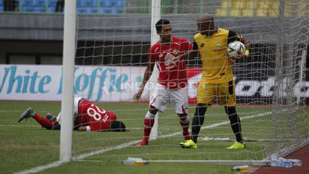 Perseteruan pemain BFC, Anderson Aparecido berebut bola yang masuk ke gawang BFC dengan pemain Semen Padang  pada laga perdana grup B Piala Presiden 2019 di stadion Patriot, Minggu (03/03/19).