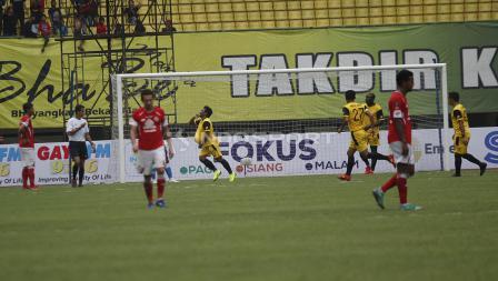Selebrasi pemain BFC, Ilham Udin Armaiyn (empat dari kiri) usai mencetak gol keempat ke gawag Semen Padang  pada laga perdana grup B Piala Presiden 2019 di stadion Patriot, Minggu (03/03/19).