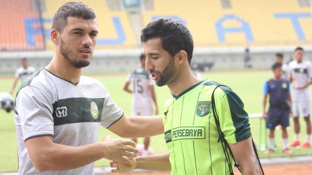Dua pemain asal Tajikistan Khurshed Beknazarov dan Manuckehr Djalilov. - INDOSPORT