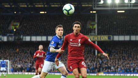 Pemain Liverpool Tren-Alexandre Arnold mengejar bola di laga kontra Everton, Minggu (03/03/19). - INDOSPORT