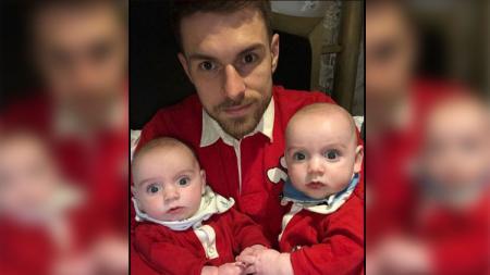 Aaron Ramsey bersama 2 anak kembarnya. - INDOSPORT