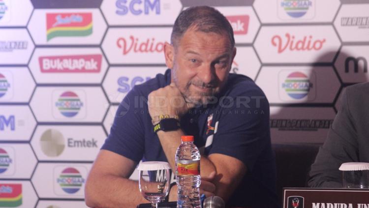 Dejan Antonic pelatih Madura United dalam jumpa pers Copyright: Ronald Seger/INDOSPORT