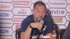 Indosport - Dejan Antonic pelatih Madura United dalam jumpa pers