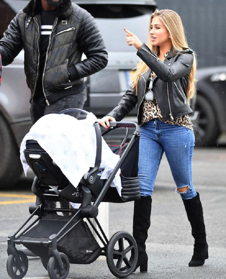Maria Salauses, kekasih Paul Pogba membawa putranya menyaksikan laga Manchester United vs Southampton Copyright: Sport Mirror