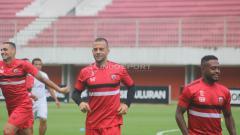 Indosport - Tim Madura United saat latihan di Stadion Maguwoharjo, Sleman.