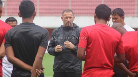 Pelatih Madura United, Dejan Antonic memimpin latihan tim Madura United di Stadion Maguwoharjo, Sleman. - INDOSPORT