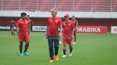 Indosport - Pelatih Persija Jakarta, Ivan Kolev saat pimpin latihan di Stadion Maguwoharjo.