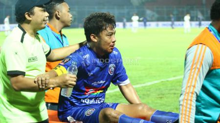 Hamka Hamzah terlibat dalam insiden benturan keras pada laga Arema melawan Tira-Persikabo (29/6/19). - INDOSPORT