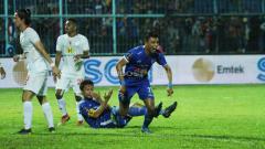 Indosport - Selebrasi Dedik Setiawan (Arema FC) saat merayakan gol menit terakhir.