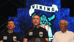 Indosport - Dewan Pembina Persib Komjen. Pol. Drs. Mochamad Iriawan (tengah) saat mengahdiri ulang tahun Viking.