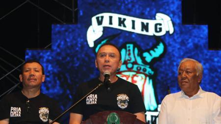 Dewan Pembina Persib Komjen. Pol. Drs. Mochamad Iriawan (tengah) saat mengahdiri ulang tahun Viking. - INDOSPORT