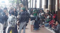 Indosport - Bonek sudah terlihat berkumpul di Stasiun Gubeng untuk berangkat ke Bandung pada Selasa, (05/03/19).