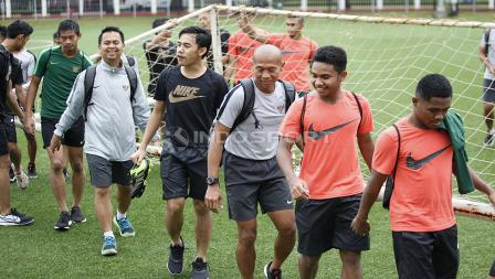 Pelatih Kiper Hendro Kartiko, Luthfi Kamal dan beberapa pemain Timnas U-23 mengangkat gawang pada latihan Timnas U-23 jelang Pra Piala Asia U-23 di Lapangan ABC Senayan, Jakarta, Selasa (05/03/19).