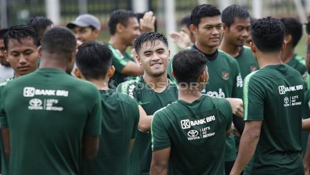 Pemain baru yang dipanggil mengikuti TC Timnas U-23 asal Bhayangkara FC, Mahir Radja (tengah) pada latihan Timnas U-23 jelang Pra Piala Asia U-23 di Lapangan ABC Senayan, Jakarta, Selasa (05/03/19).