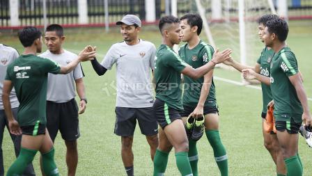 Para pemain Timnas U-23 bersalaman usai mengikuti latihan Timnas U-23 jelang Pra Piala Asia U-23 di Lapangan ABC Senayan, Jakarta, Selasa (05/03/19).