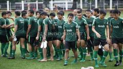 Indosport - Para pemain Timnas U-23 usai mendengerkan arahan pelatih saat latihan Timnas U-23 jelang Pra Piala Asia U-23 di Lapangan ABC Senayan, Jakarta, Selasa (05/03/19).