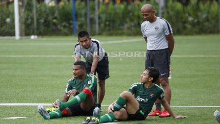 Marinus Wanewar dan Luthfi Kamal (bawah) pada latihan Timnas U-23 jelang Pra Piala Asia U-23 di Lapangan ABC Senayan, Jakarta, Selasa (05/03/19).