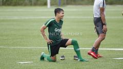 Indosport - Witan Sulaiman saat melakukan pemanasan pada latihan Timnas U-23 jelang Pra Piala Asia U-23 di Lapangan ABC Senayan, Jakarta, Selasa (05/03/19).