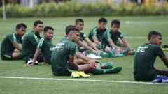 Indosport - Para pemain Timnas U-23 mendengerkan arahan tim pelatih saat latihan Timnas U-23 jelang Pra Piala Asia U-23 di Lapangan ABC Senayan, Jakarta, Selasa (05/03/19).