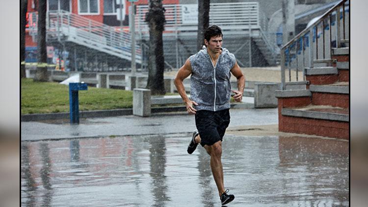 Berlari di tengah hujan. Copyright: INDOSPORT