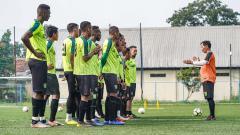 Indosport - Pelatih Djadjang Nurdjaman kembali memimpin sesi latihan skuad Persebaya pada turnamen Piala Presiden 2019 di Lapangan Sepak Bola Lodaya, Kota Bandung, pagi ini (5/3/19), jelang menghadapi Persib Bandung.