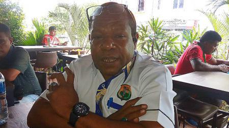Ketua PBSI Papua, Max Olua - INDOSPORT