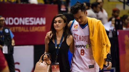 Wijaya Saputra dan pacarnya Agnez Mo - INDOSPORT